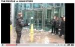 Schneebälle auf Bank-Mitarbeiter