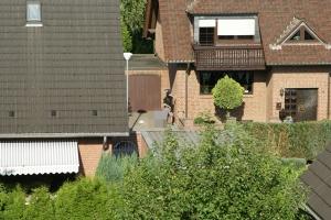 """Amateur-Foto: Schießerei in Schwalmtal (Todesopfer in Bildmitte von mir gepixelt). Quelle: """"Hass Thread"""" (oder so ähnlich)"""