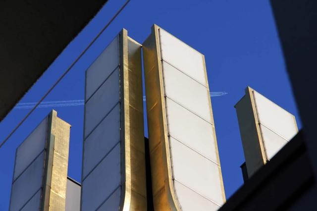 Blattgold-Beschichtung in 60 Metern Höhe: das illuminierte U. Foto: Ostrop