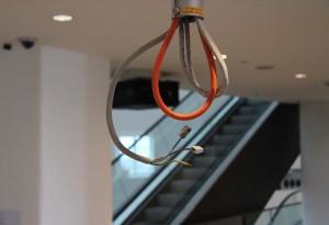 Aus der Decke hängen blanke Kabel. Foto: Ostrop
